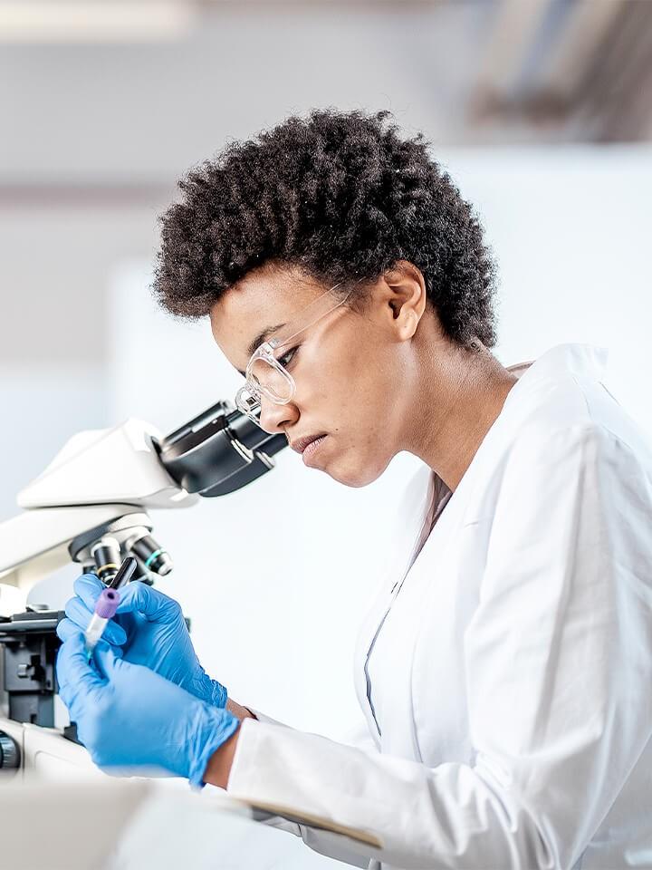 Profissional especializada em laboratório desenvolvendo fragrâncias