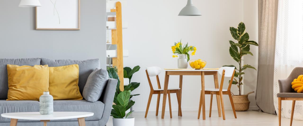 Sala aconchegante com sofá, mesa e cadeiras