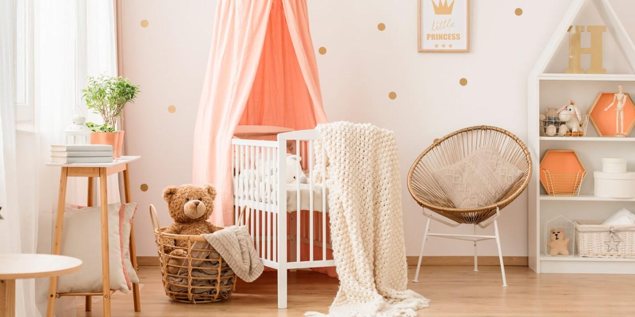 Quarto de bebê aconchegante e bem decorado em tons de rosa