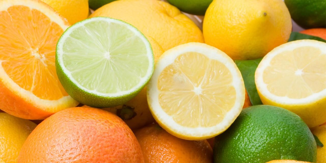 Frutas cítricas como laranja e limão cortadas ao meio